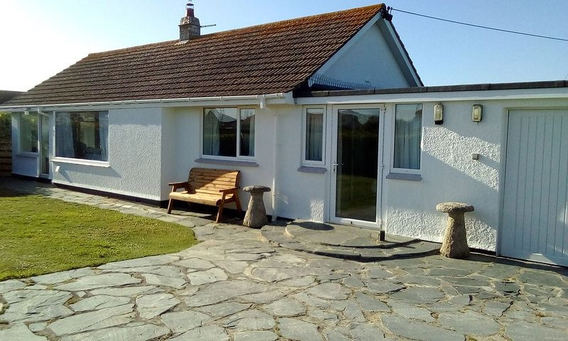 Family Holiday Bungalow 5 minutes walking distance from the Beach and Golf Club, location de vacances à Porthcothan