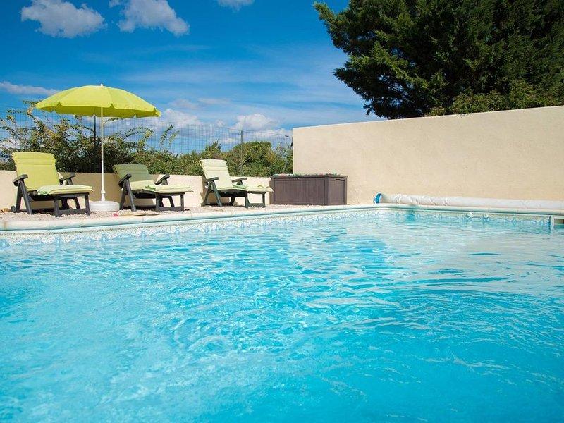 Logement entier avec piscine privée et terrain entièrement clôturé, holiday rental in Paraza