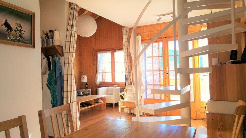 Lumineux et chaleureux appart 3.5p en attique au coeur des Alpes valaisannes, aluguéis de temporada em Oberems