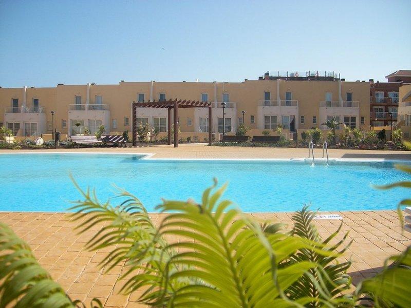 Condomínio complexo com grande piscina e belos jardins