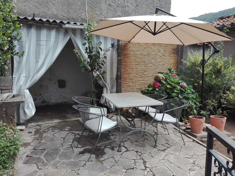 Tipica casa di paese con giardino e veranda in antico borgo, vacation rental in Benabbio