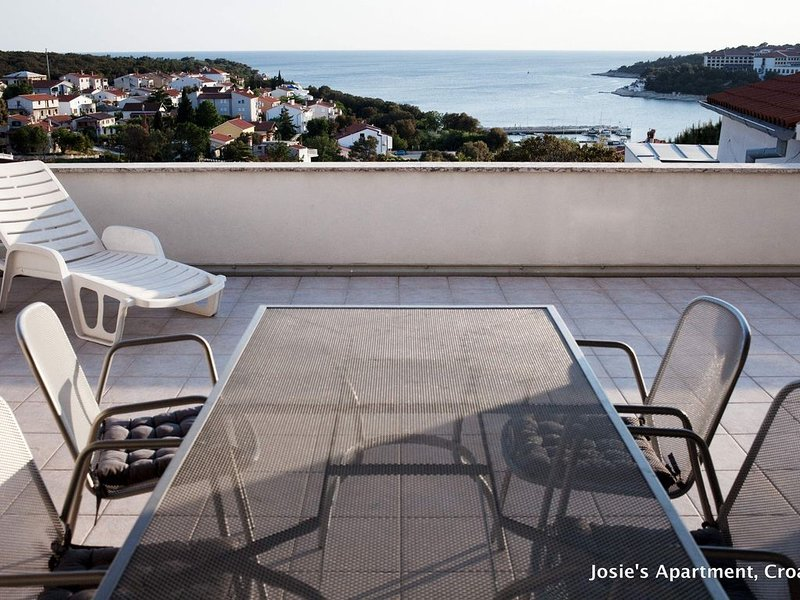 FREE WIFI COUPLE OF MINS WALK TO BEACH FANTASTIC VIEWS, 45m2 TERRACE, holiday rental in Pula