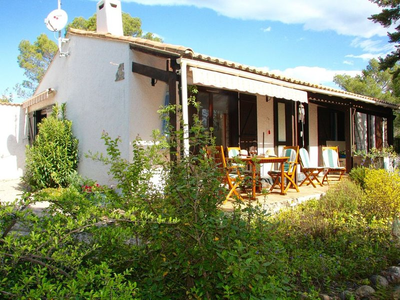 Delightful villa situated against a hill on a 13,000 square metre plot of land, holiday rental in Berlou