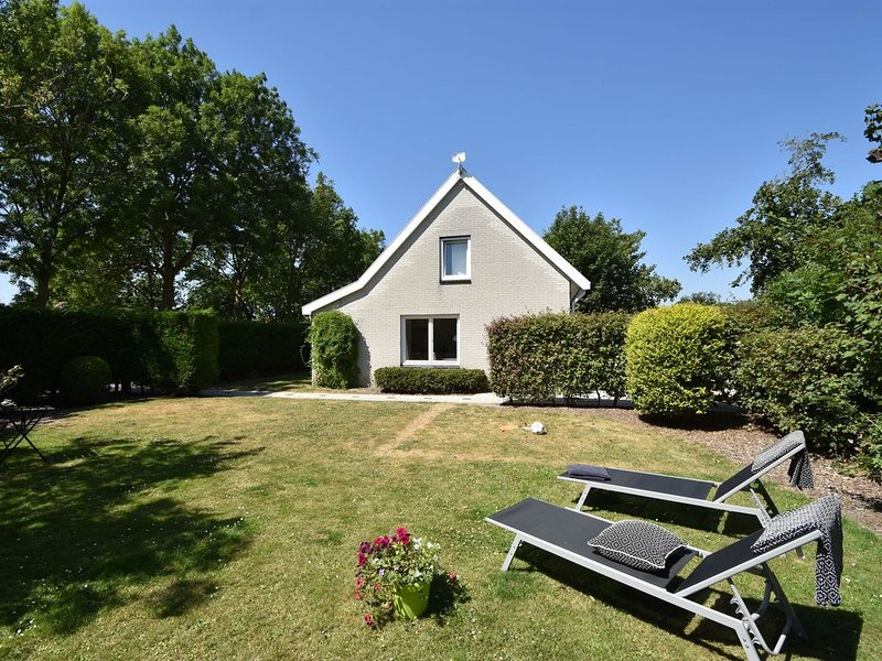 Cozy Holiday Home in Zonnemaire with Garden, holiday rental in Brouwershaven