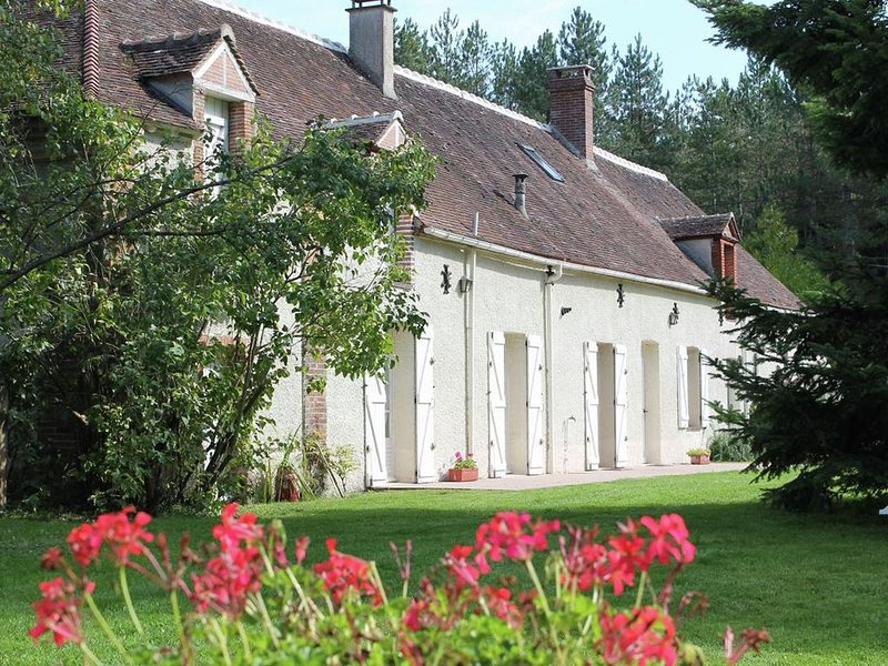 Serene Holiday Home in Saint-Maurice-sur-Fessard with Terrace, casa vacanza a Amilly