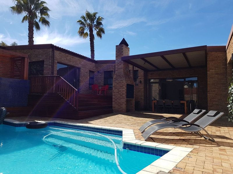 Multi-level villa close to Cape Town with panoramic views and a heated pool, alquiler vacacional en Kenridge