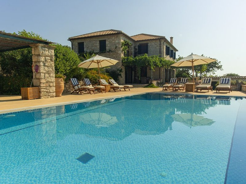Stone Villa With Private Pool And Sea Views. EOT registered 0428K***********, holiday rental in Skinaria