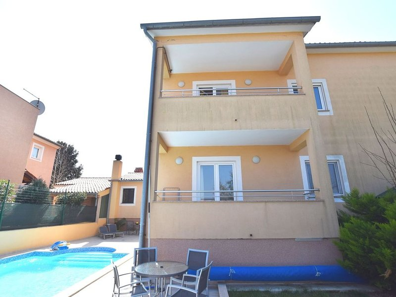 Comfortable apartment ina quiet location, with a shared swimming pool, near Pula, holiday rental in Vinkuran