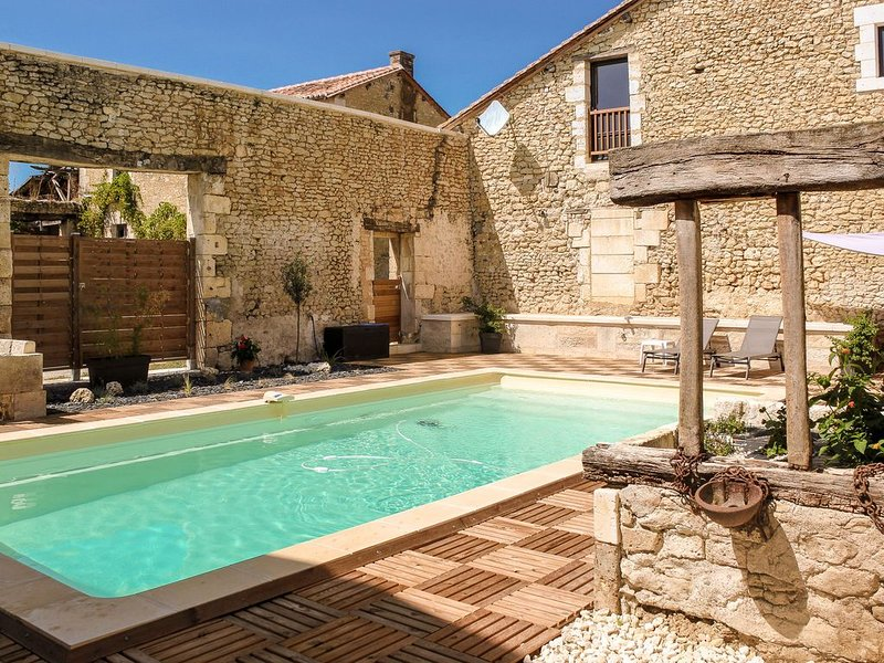 Charming holiday home in Aquitaine with Swimming Pool, casa vacanza a Mareuil