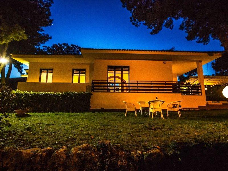 Prestigiosa villa indipendente a due passi dal mare di Fontane Bianche, Sicilia, vacation rental in Syracuse