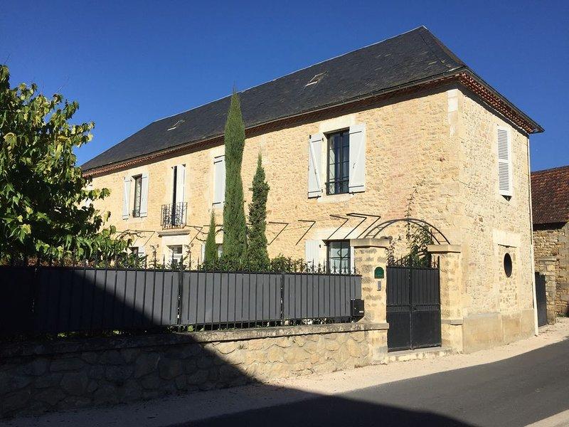 Longère entièrement rénovée avec piscine privative, holiday rental in Saint-Julien-de-Lampon