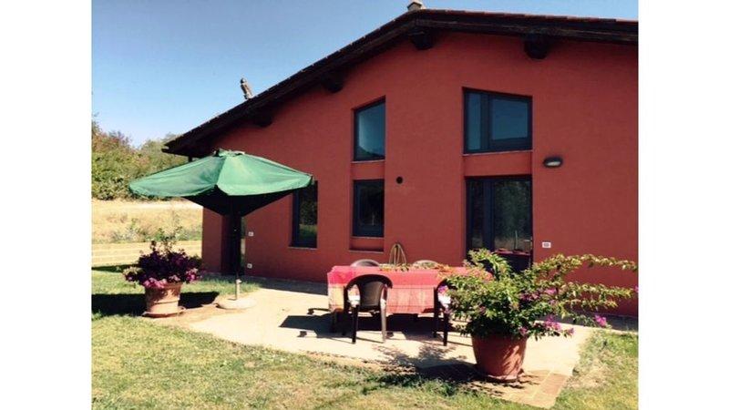 Villa Puccini, casale panoramico con giardino e uliveto, holiday rental in Vetulonia