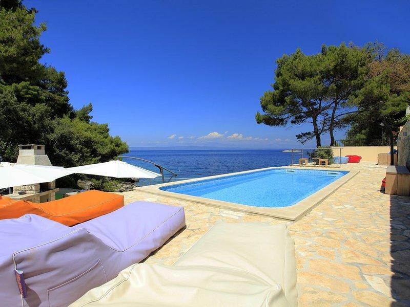 Villa Aquamarina - Luxe villa direct aan zee voor maximaal 20 personen, holiday rental in Prigradica