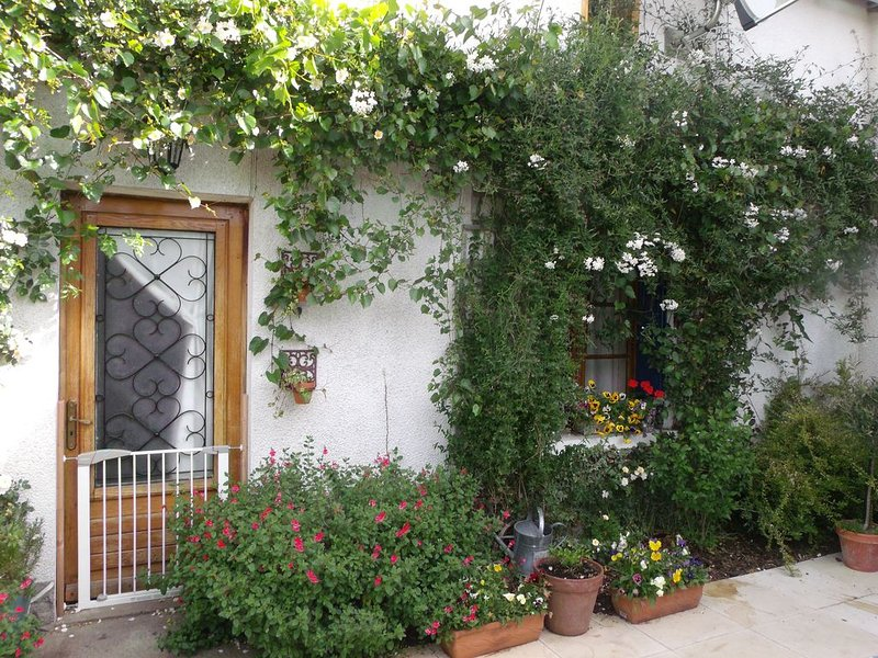 Beautiful Cottage. Enclosed Garden. Pets Welcome, aluguéis de temporada em Usson-du-Poitou