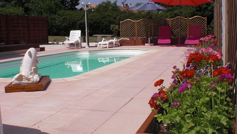 Converted Barn With Private Pool, Scenic Views Over The Valley, casa vacanza a Mareuil