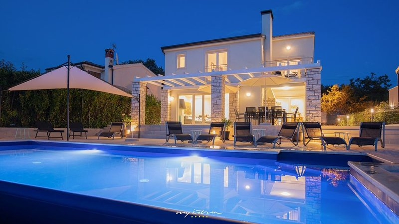 Charming family villa with large pool near Porec, Ferienwohnung in Visnjan