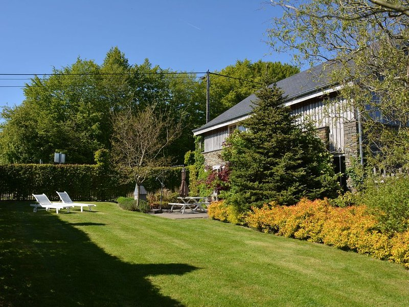 Charming cottage very neat, comfortable, very quiet, beautiful view, with sauna, Ferienwohnung in Transinne
