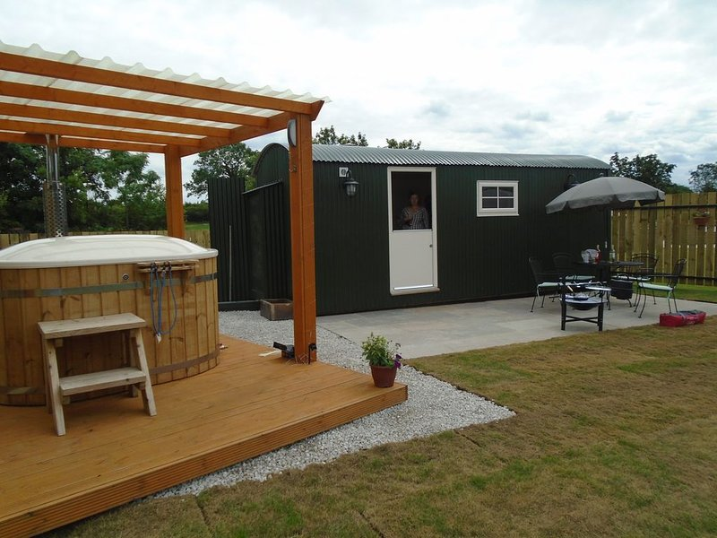 shepherds hut ferrensby north yorkshire with hot tub & sauna barrel, casa vacanza a Boroughbridge