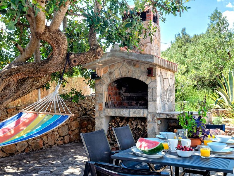 Villa with own walled garden in quiet road close to sea, cafes and shops. – semesterbostad i Hvar Island