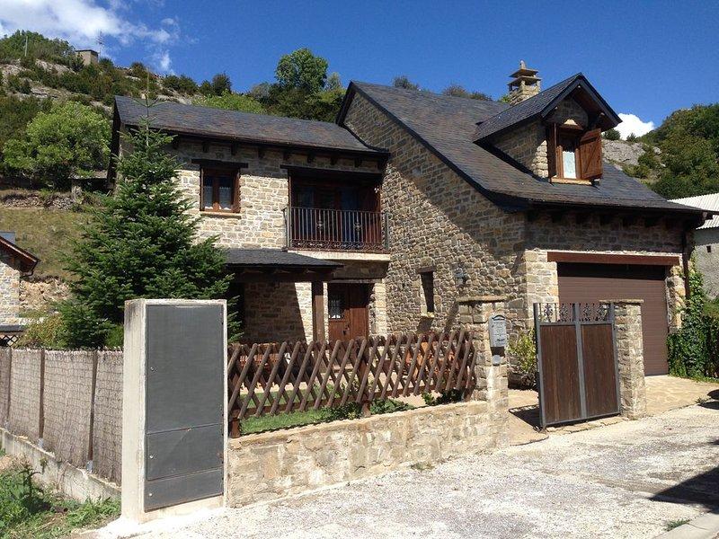 Casa con jardín en el Pirineo, holiday rental in Tramacastilla de Tena