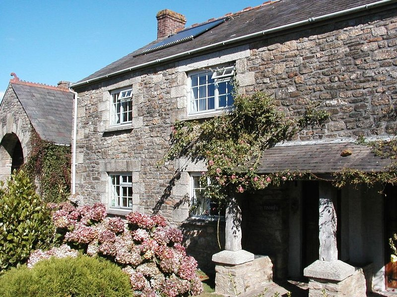 Tinner's Three-Bedroom Real Cornish Cottage, in award winning grounds, holiday rental in Pelynt