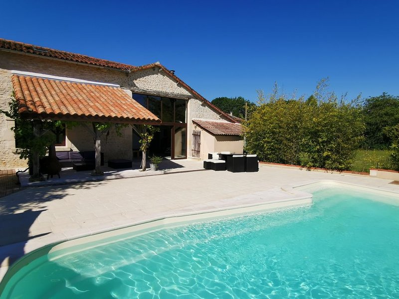 Restored barn from late 18th century with pool, holiday rental in Vaux