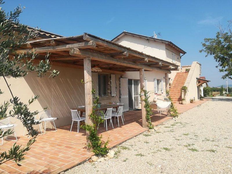 villa in campagna tra vigneti ed uliveti biologici con orto a disposizione, holiday rental in Farindola