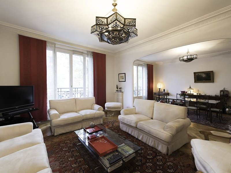3 bed apartment with tasteful Asian touches, 5 min to the metro (Veeve), vakantiewoning in Hauts-de-Seine