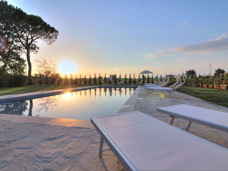 Tipica villa toscana nei pressi di Arezzo, con piscina privata e 16 posti letto, holiday rental in Alberoro