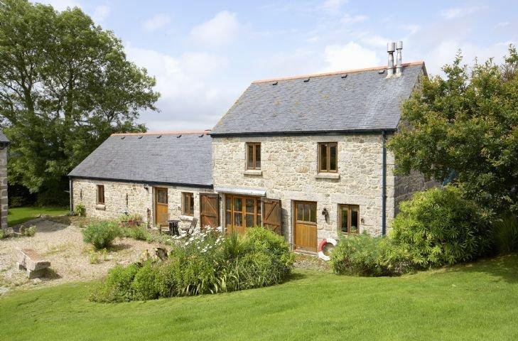 Tregadjack Barn is an enchanting, 'upside-down', detached, local Cornish stone h, casa vacanza a Sithney