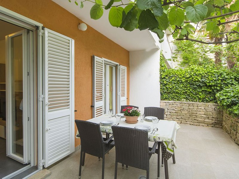 Newly renovated ground floor apartment with garden, holiday rental in Porec