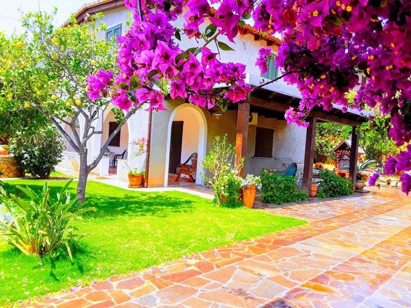 Splendida Villetta a 500 metri dal mare con giardino, location de vacances à Solanas