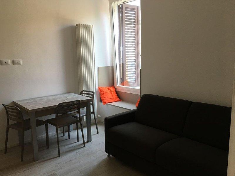 Appartamento per 4 persone con wifi (fibra 1000), letto, divano letto e doccia, holiday rental in Longara