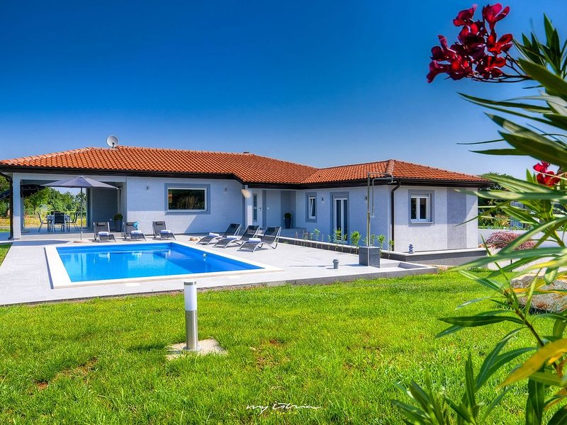 Beautiful villa with private pool, holiday rental in Rasa