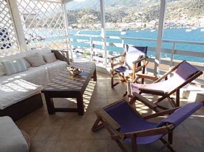Restored Stone house overlooking Poros harbour. Panoramic Views. WIFI  Sat TV, aluguéis de temporada em Galatas