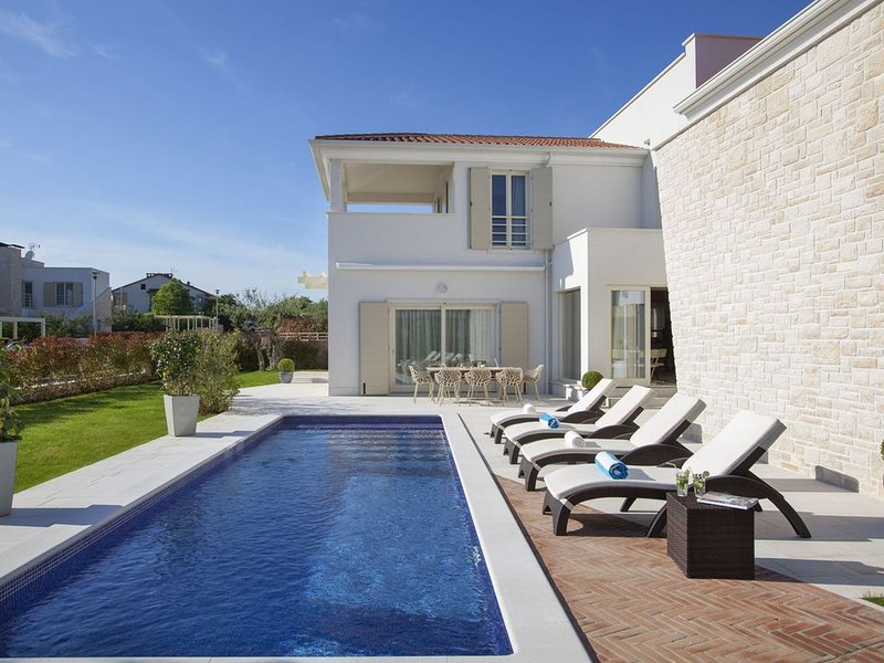Modern Villa Candida with outdoor pool and garden, pets welcome, in Istria, vacation rental in Cervar Porat