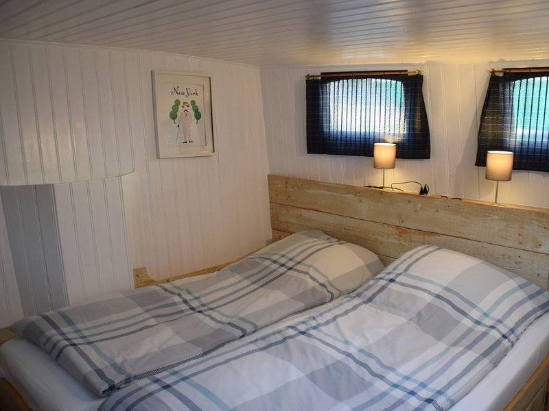 2 bedroom apartment on houseboat in center of Rotterdam, holiday rental in Rotterdam