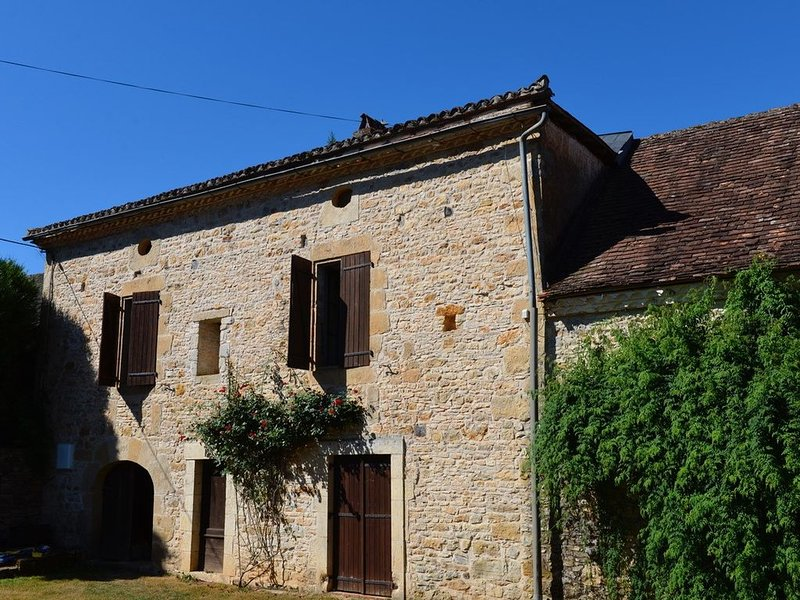 Farmhouse, Sleeps up to 10, Swimming Pool, holiday rental in Thenon