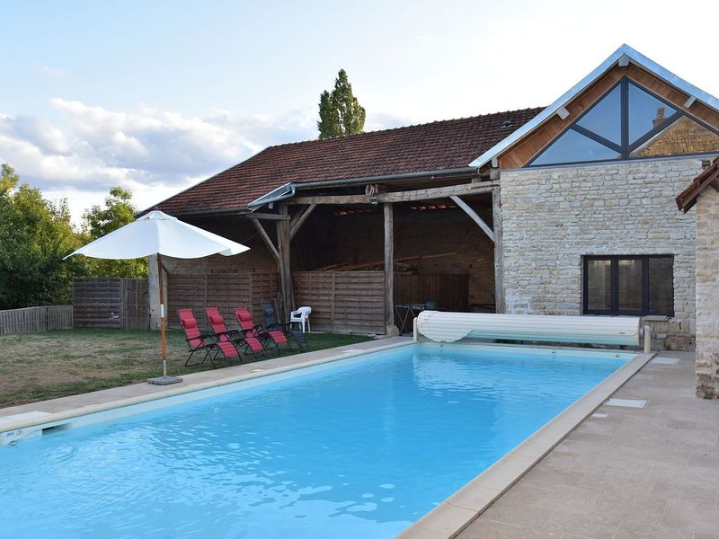 Authentic, renovated country house with private heated pool, holiday rental in Cruzy-le-Chatel
