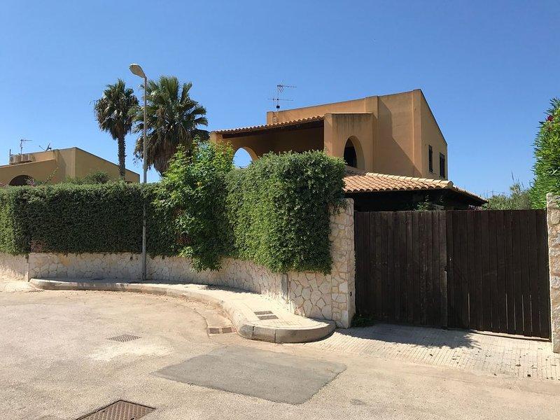 A 50 passi dal mare - Villetta singola con ampio giardino e verande, holiday rental in Petrosino