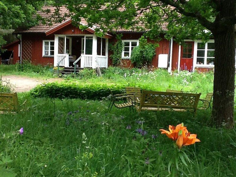VACKERT INRETT HUS MITT I SKÖN NATUR-SKOGAR, ÄNGAR. BADSJÖAR, Ferienwohnung in Örebro län