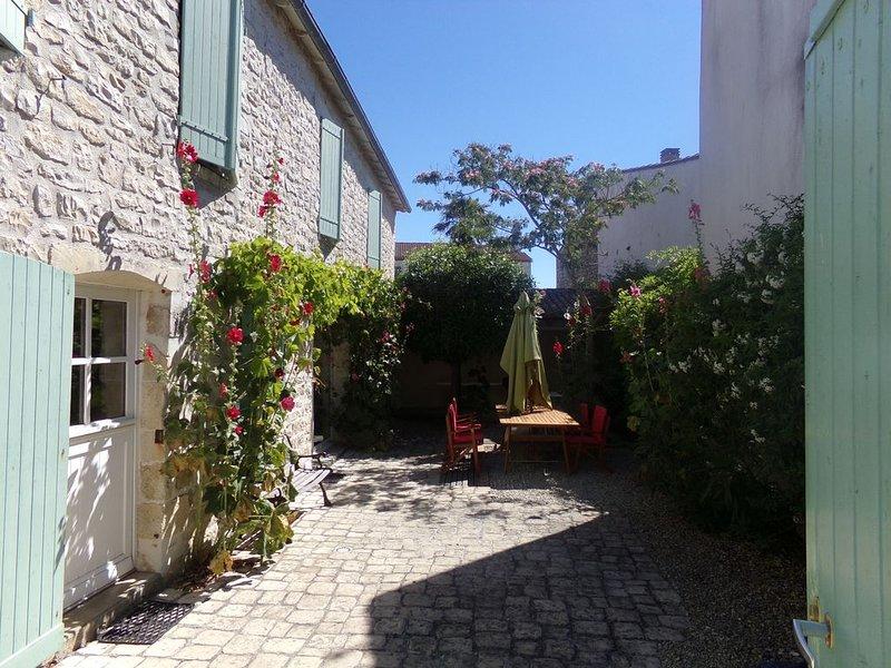 Ile de Ré Maison de caractère en pierres de pays, holiday rental in Sainte Marie de Re