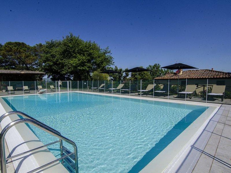 Villa a Montevarchi con 6 camere da letto e 14 posti letto, vacation rental in Levane