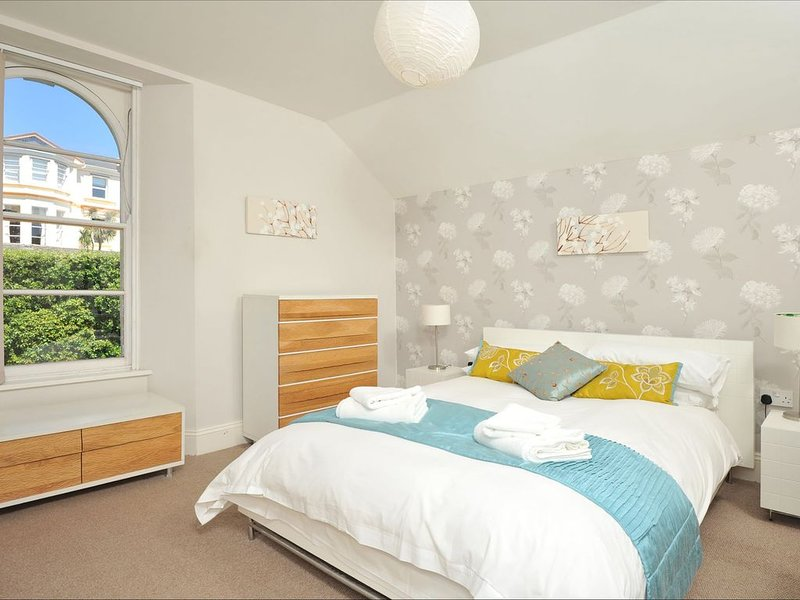 1 Astor House - stunning south facing uninterrupted sea views with balcony, vacation rental in Torquay