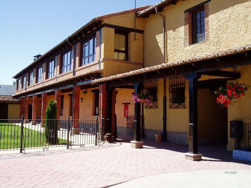 Antigua hacienda castellana reformada cerca de León., alquiler de vacaciones en Provincia de León