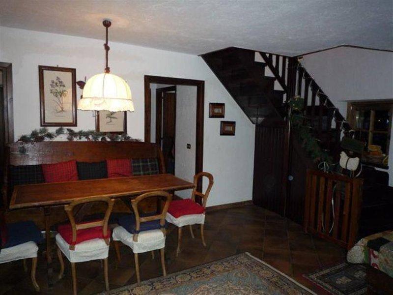 salon, salle à manger et escalier intérieur