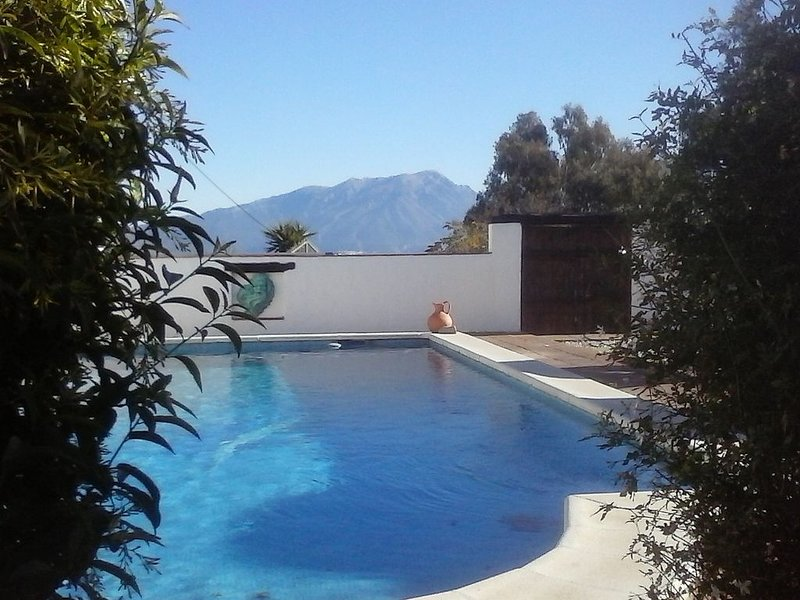 BEAUTIFUL ANDALUCIAN FARMHOUSE WITH LARGE PRIVATE POOL & STUNNING MOUNTAIN VIEWS, holiday rental in Villanueva del Rosario