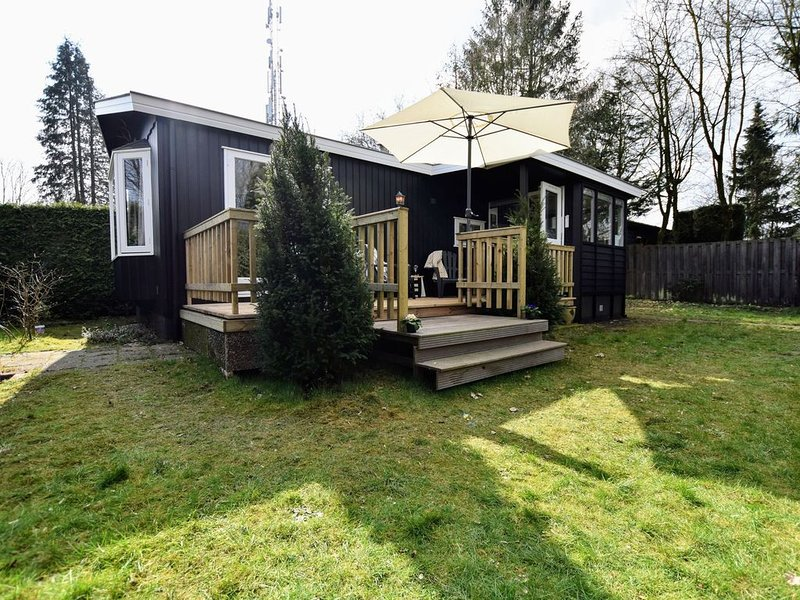 Tasteful chalet with veranda in the Veluwe, vacation rental in Stroe