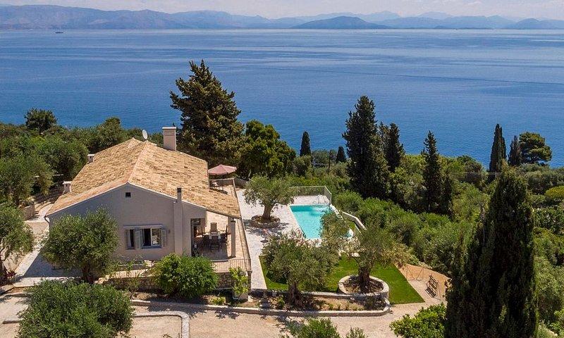 Unique & Beautifully Restored Villa, A/C, Private Infinity Pool, Fitness Room &, location de vacances à Perama
