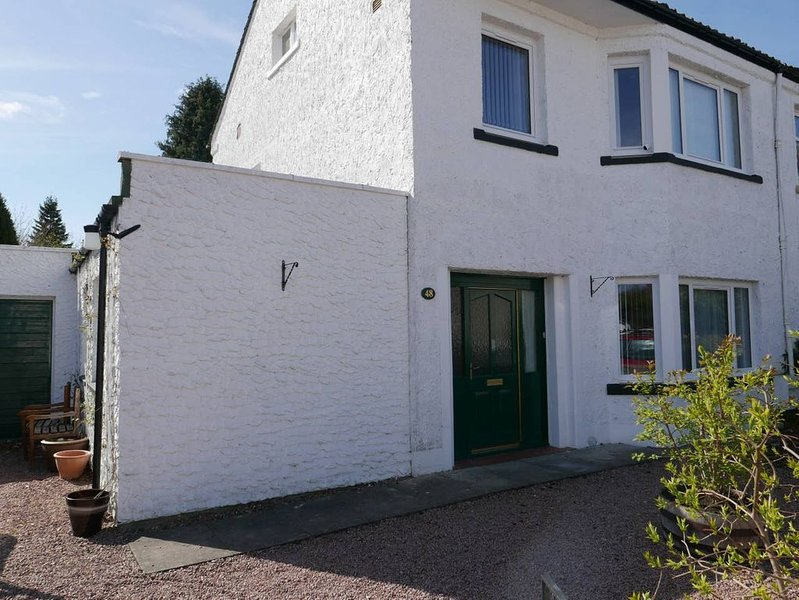 Large family home with garden patio & play area + free parking central Inverness, holiday rental in Farr